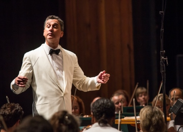 Emil de Cou conducting at Wolf Trap